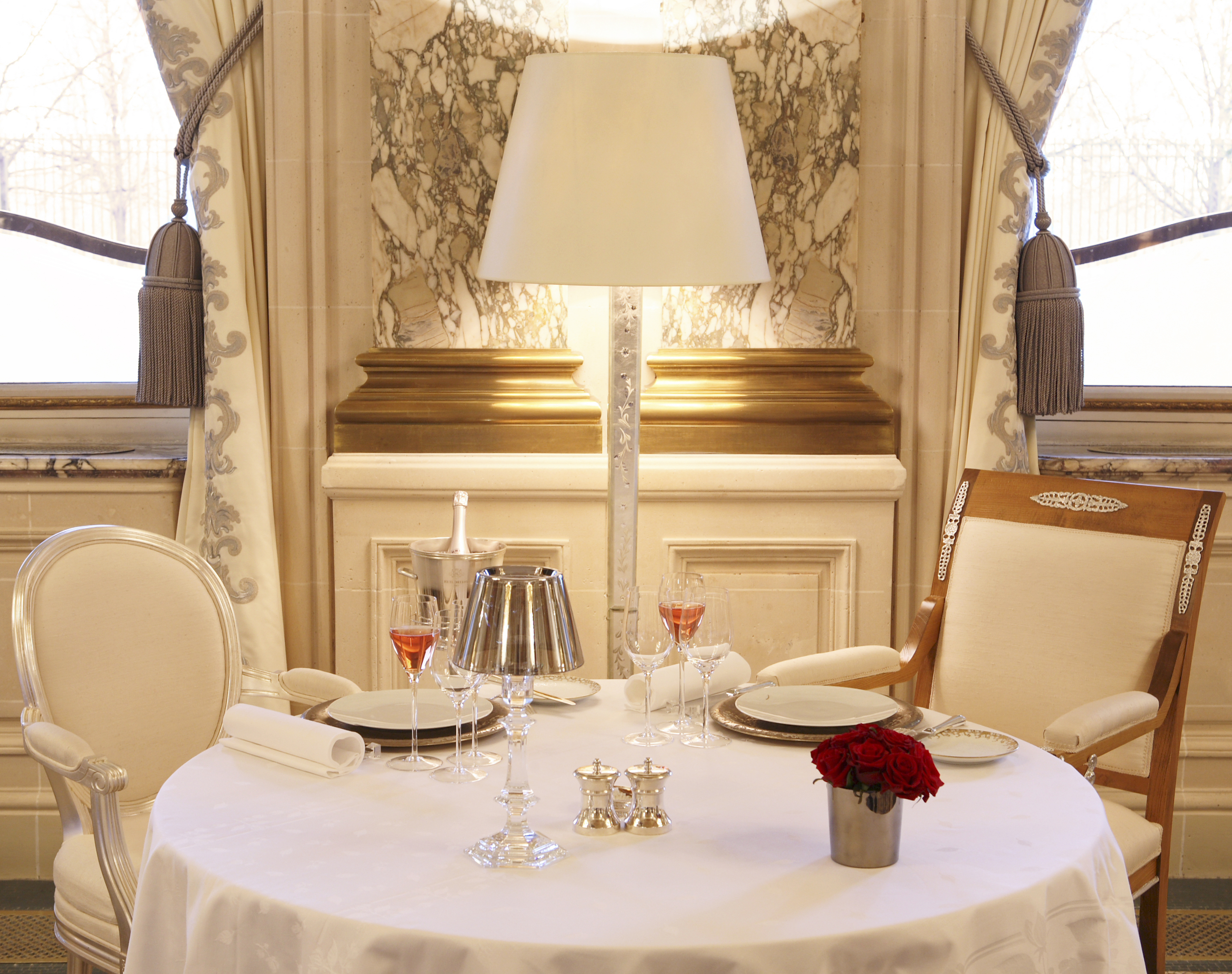 table romantique restaurant le meurice luxsure. Black Bedroom Furniture Sets. Home Design Ideas