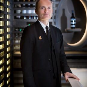 Davis Biraud, Chef Sommelier du Mandarin Oriental, Paris, présente sa carte des vins.
