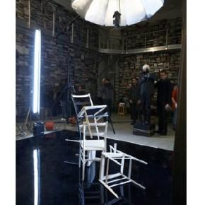 Pour la première fois, Karl Lagerfeld collabore avec une marque de mobilier pour un projet photographique