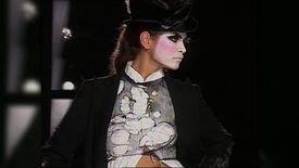 Moment Fort de Mode : 2002 – Défilé polémique chez Dior avec une collection inspirée par les clochards signée John Galliano