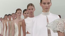Valentino défile à New York avec une collection couture monochrome !