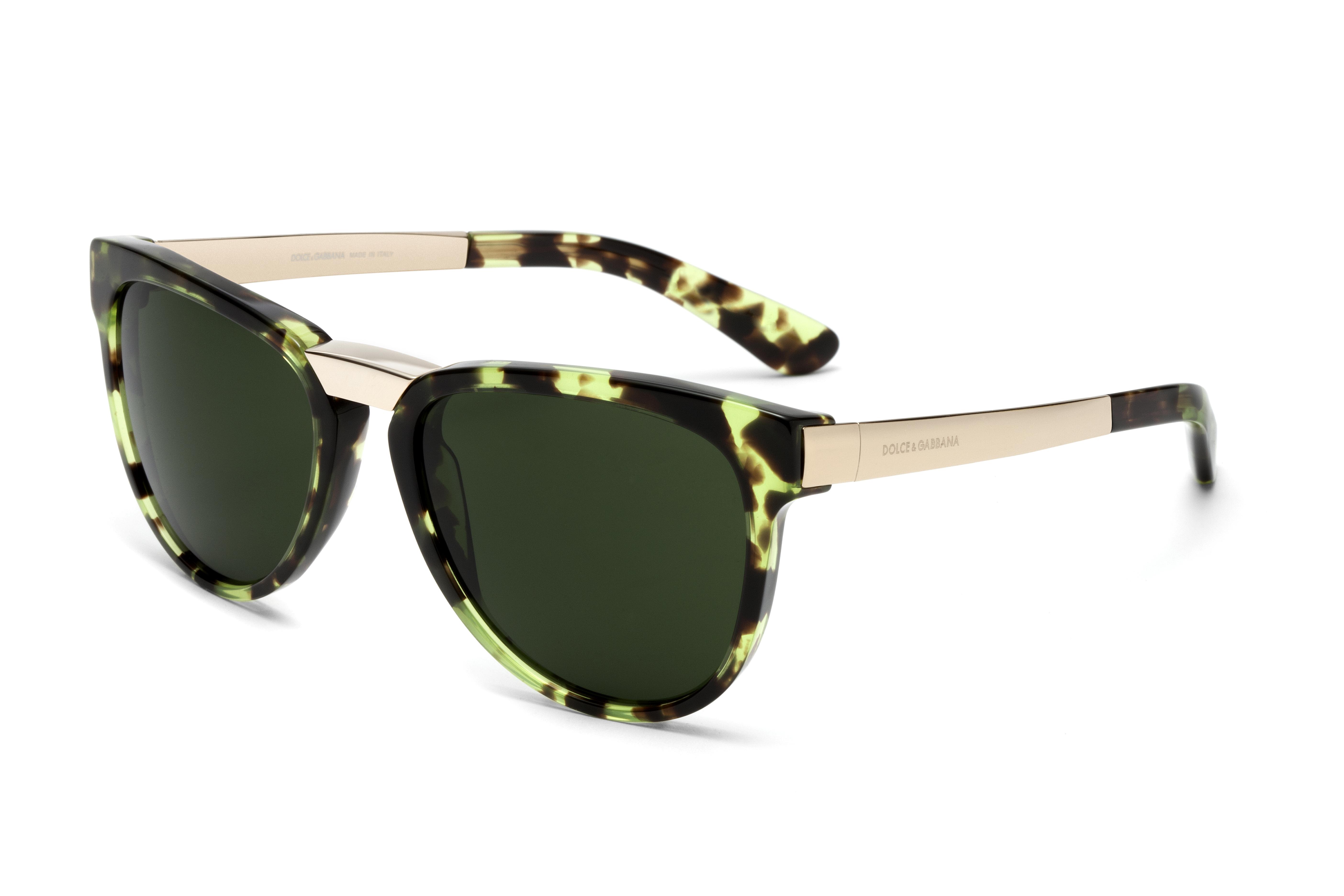 Triomphe de l or dans le plus pur style de Dolce Gabbana pour ces lunettes  de soleil aux lignes angulaires. L intérieur de la monture en acétate est  doré ... 9eda26ce69fb