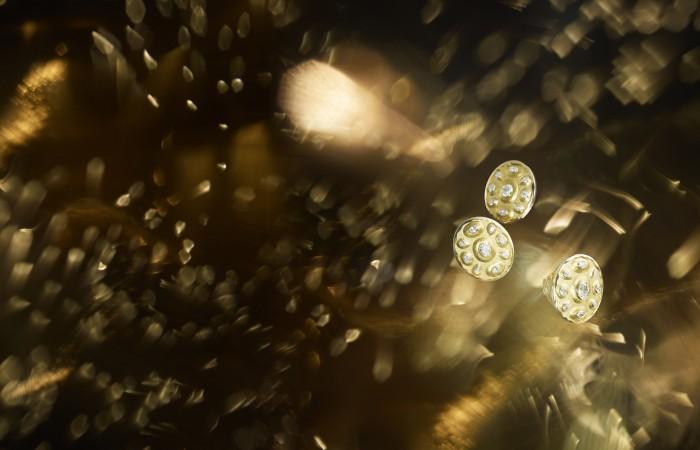 """Boucles d'oreilles """"Solaire"""" en or jaune 18K serti de 10 diamants taille ovale pour un poids total de 2 carats, et 8 diamants taille poire. Bague """"Solaire"""" en or jaune 18K serti d'un diamant taille ovale de 1 carat, 4 diamants taille ovale et 4 diamants taille poire. Manchette """"Solaire"""" en or jaune 18K serti d'un diamant taille ovale de 1,5 carat, 4 diamants taille ovale pour un poids total de 2 carats et 4 diamants taille poire pour un poids total de 2 carats."""