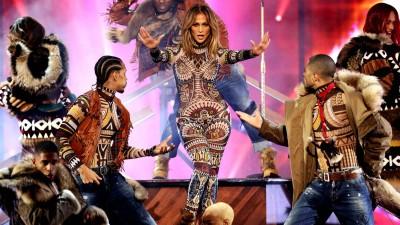 Jennifer Lopez enflamme la scène des AMAs en Dsquared2 !