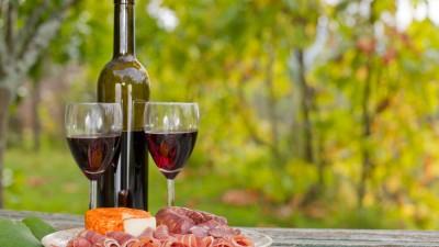 les Français consomment le plus de vin le samedi à 20h16 !