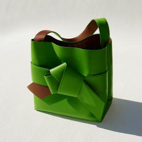 Acne Studios lance les Musubi, sa nouvelle ligne de sacs