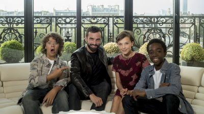 Nicolas Ghesquière, Directeur Artistique de la Maison Louis Vuitton rencontre le casting de la série originale Netflix Stranger Things