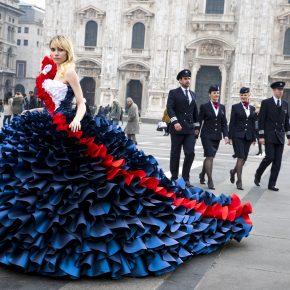 Milan Fashion week 2017, la top Suki Waterhouse porte une robe Zoe Bradley aux couleurs de British Airways