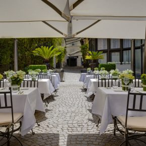 La terrasse de 1500m2 de l'hôtel Les Jardins Du Marais passe à l'heure d'été