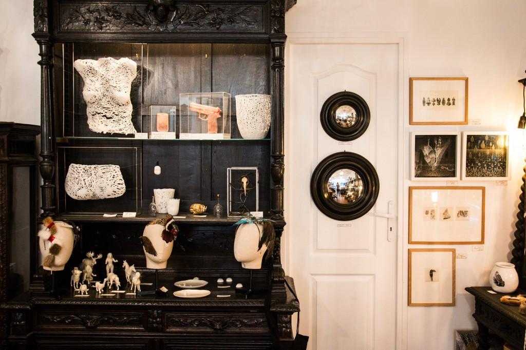 curieux le cabinet de curiosit contemporaines luxsure. Black Bedroom Furniture Sets. Home Design Ideas
